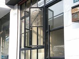 窓は「絶対にこれっ!」と決めていたのでわざわざ探してきてもらいました 2006年1月15日